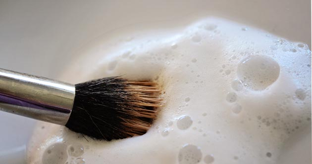 how to clean makeup brushes 0 How to Clean Makeup Brushes with Dish Soap   Cheap and Easy!