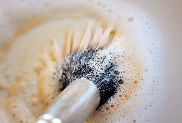 how to clean makeup brushes 1 How to Clean Makeup Brushes with Dish Soap   Cheap and Easy!